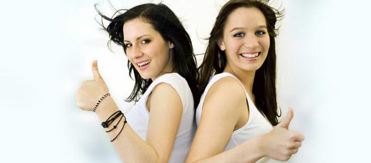 Zwei junge Frauen Mädchen sind zufrieden